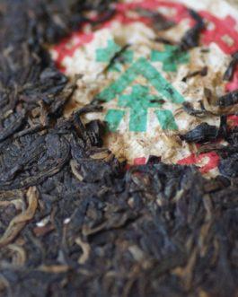 2002年美術字鐵餅普洱生茶